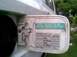 Ciśnienie robocze jest określone przez producenta pojazdu, jego wartość możemy odszukać w tabeli, która znajduje się na drzwiach od strony kierowcy, bądź przy wlewie paliwa