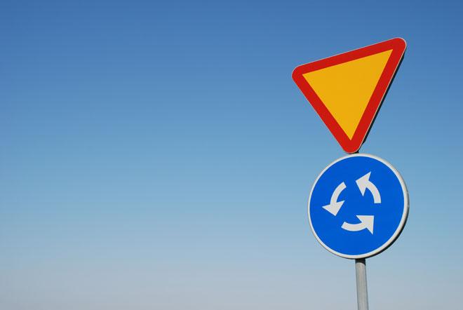 Przed większością rond w Polsce występują dwa znaki: C-1 - ruch okrężny oraz A-7 - ustąp pierwszeństwa